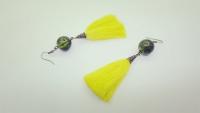 Dzelteni zīda pušķu auskari ar zaļu stikla bumbiņu